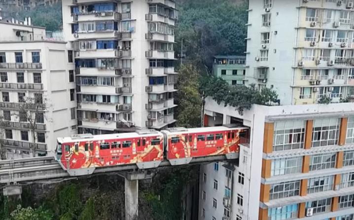 U Kini – kroz zgradu prolazi voz